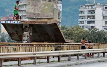 Шест момчета на възраст от 7 до 12 години, са хвърляли камъни по преминаващи автомобили в Перник