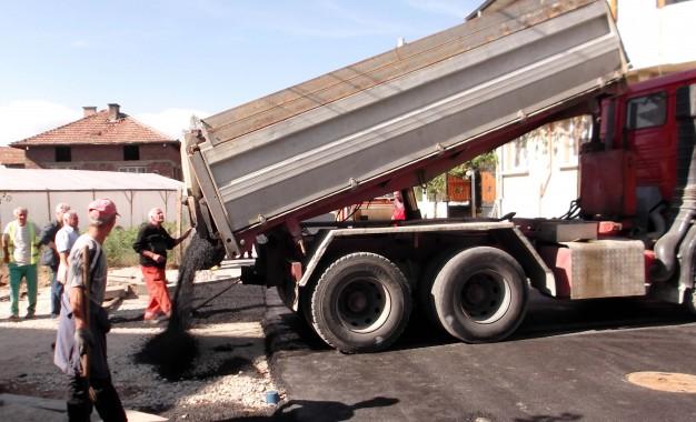 В Струмско асфалтират улици, които до сега никога не са били асфалтирани!