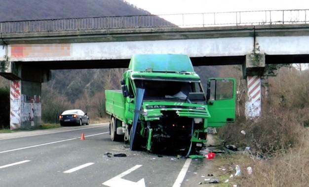 Камион падна от мост върху главен път Е79 край Симитли