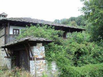 болно е да гледаш как стегнати и нови къщи на село тънат в разруха!