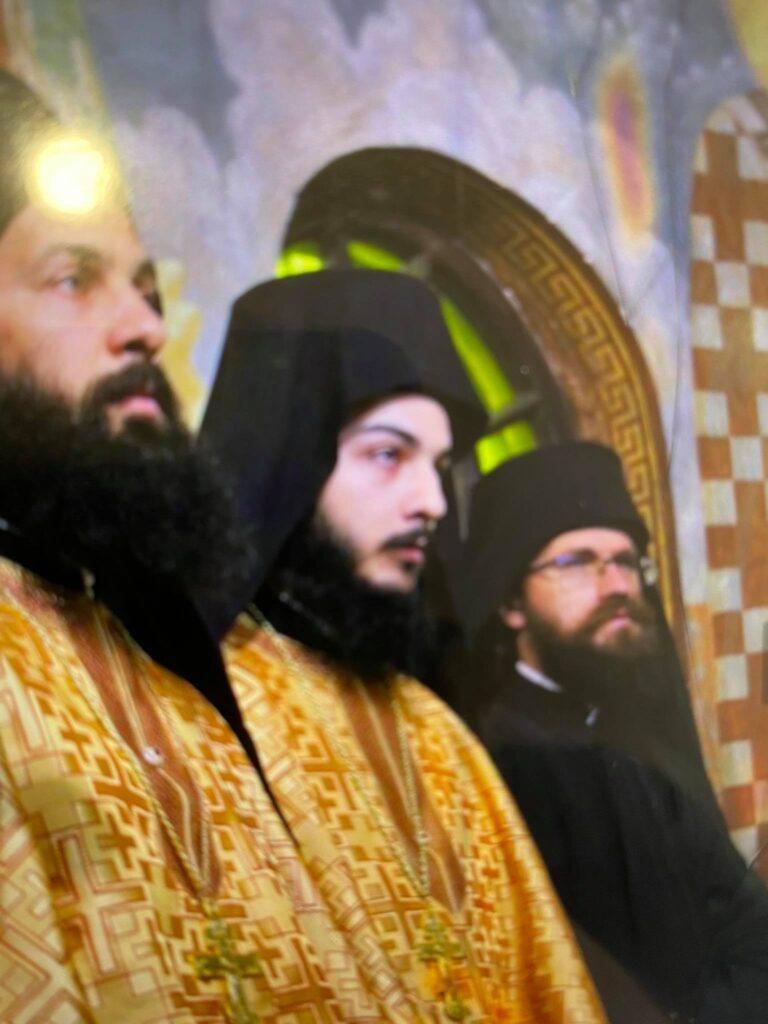 Първият от ляво на дасно отец Натанаил, в средата отец Гавраил от от дясно Коцето Павлов - отец Михаил
